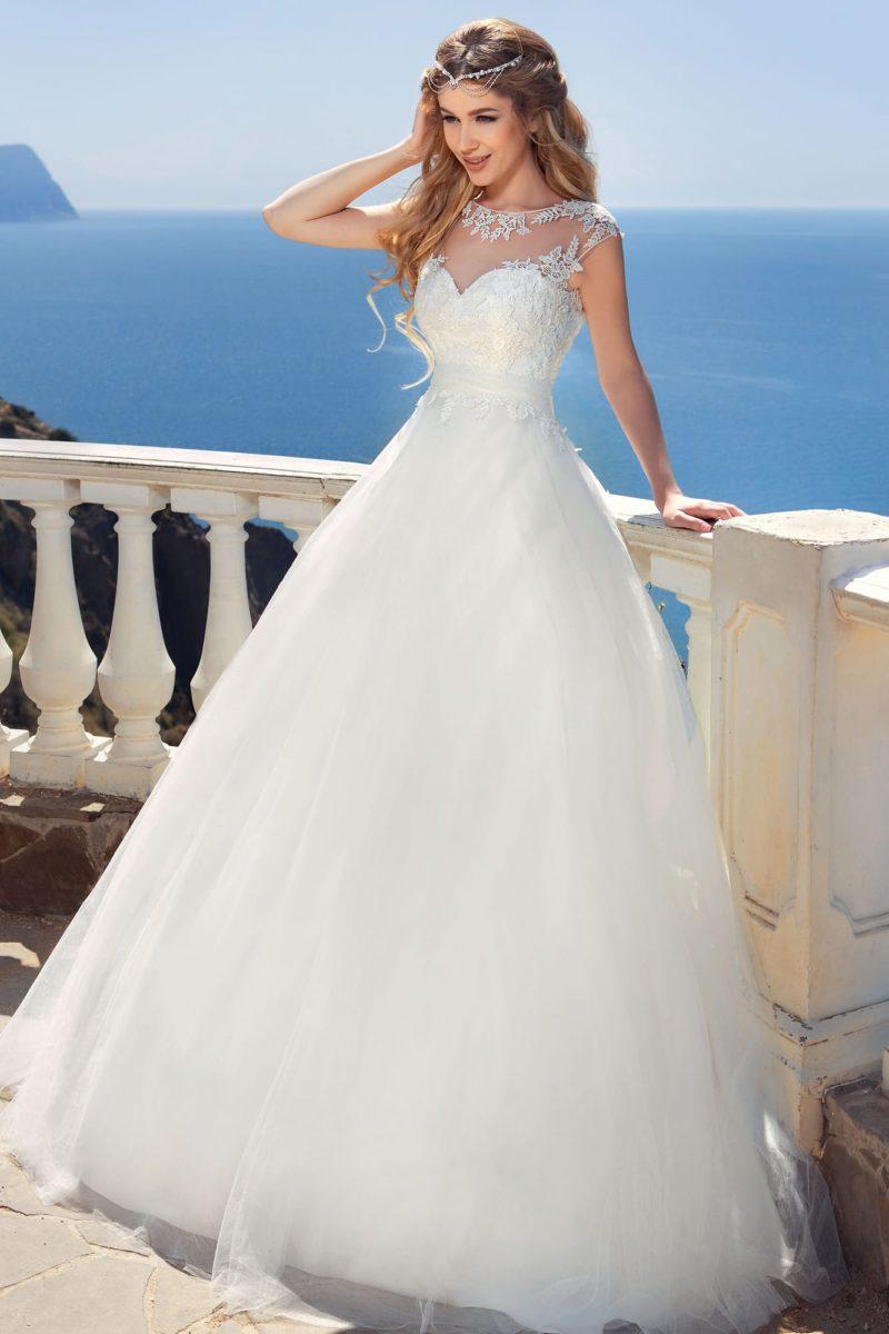 Воздушное свадебное платье с пышным бантом на спинке и кружевной отделкой корсета.