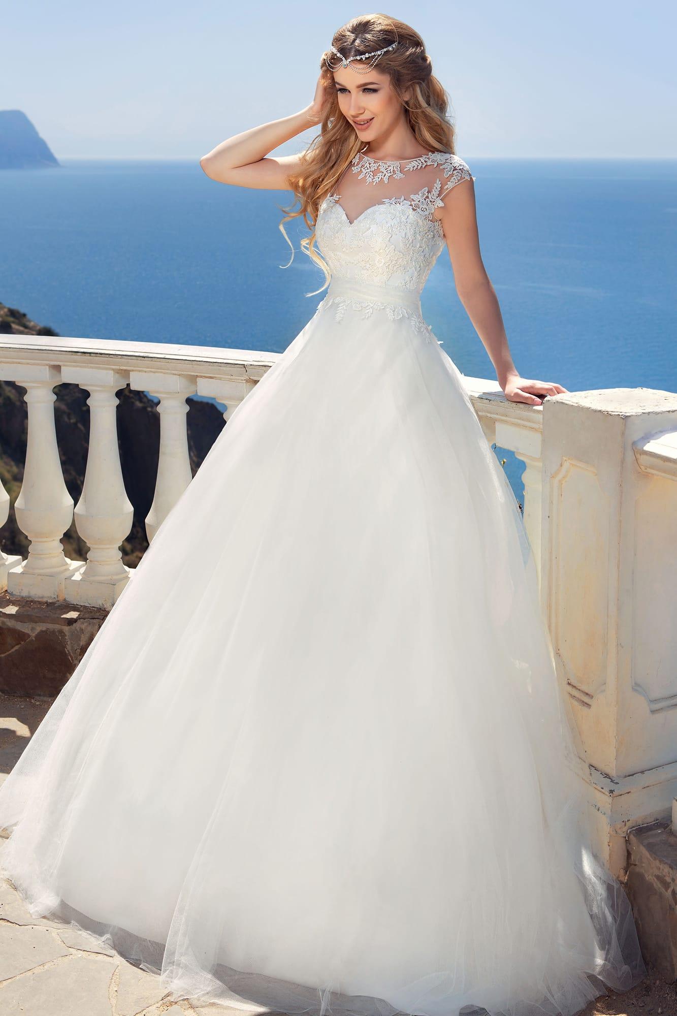 02f8a0fa9 Воздушное свадебное платье с пышным бантом на спинке и кружевной отделкой  корсета.