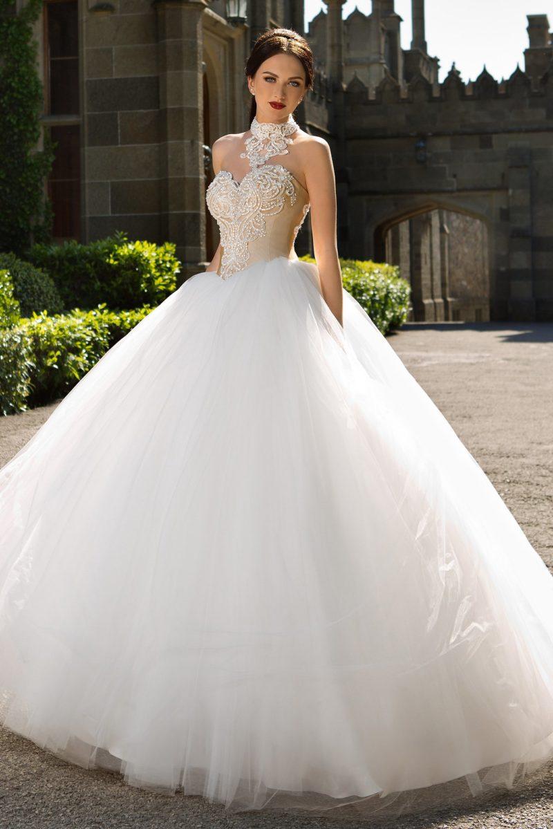 Пышное свадебное платье с бежевым корсетом, оформленным кружевной тканью.