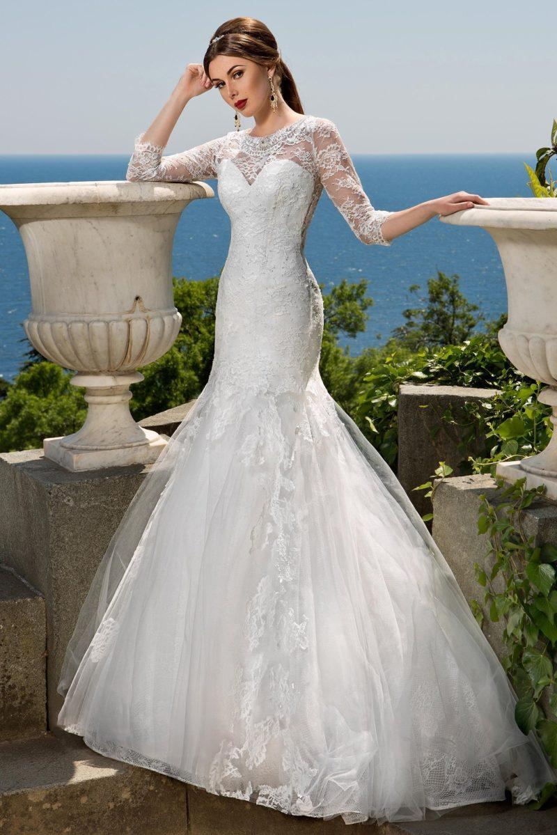 Закрытое свадебное платье романтичного кроя «русалка» с вырезом, обрамленным кружевом, на спинке.