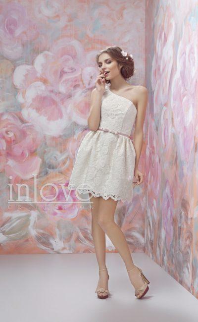 Короткое свадебное платье с кружевным декором и узким розовым поясом.