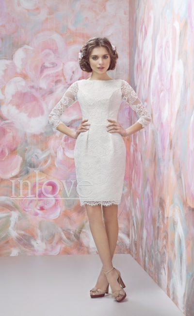 Свадебное платье-футляр, оформленное кружевом, с длинным прямым рукавом.