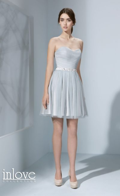 Короткое свадебное платье деликатного голубого оттенка с открытым лифом-сердечком.