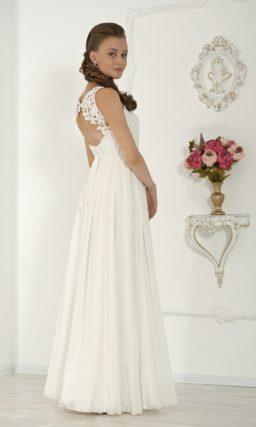 Прямое свадебное платье с кружевной вставкой над лифом и открытой небольшим вырезом спинкой.