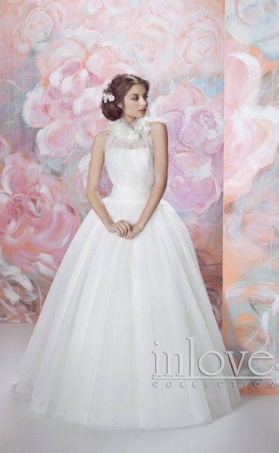 Сдержанное свадебное платье пышного кроя с широким поясом и эксцентричным лифом.