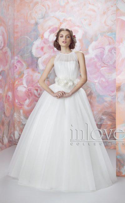 Необычное свадебное платье с бутонами на талии и закрытым тонкой вставкой лифом.