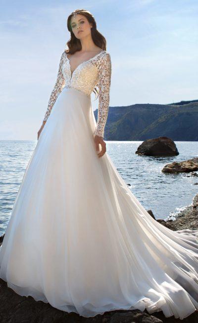 Свадебное платье «принцесса» с потрясающим глубоким декольте и длинным рукавом.