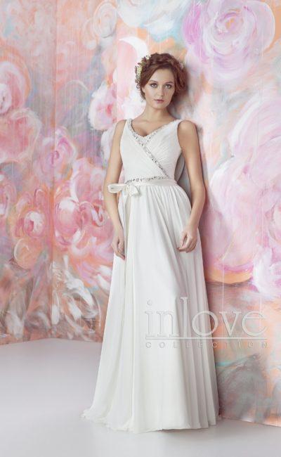 Прямое свадебное платье с изысканным вырезом на спинке и бисером на талии.