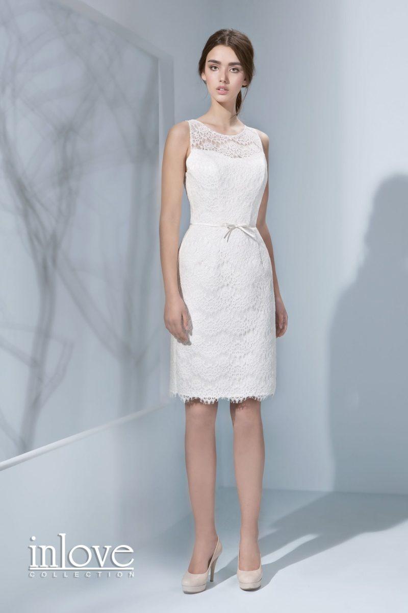 Кружевное свадебное платье силуэта «футляр» с узким поясом и круглым вырезом под горло.