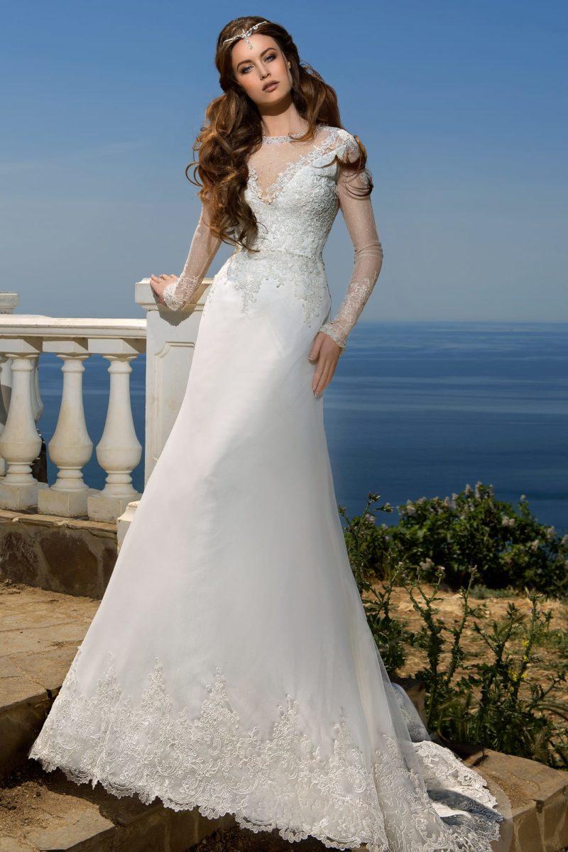 Кружевное свадебное платье с длинными рукавами и открытой округлым вырезом спинкой.