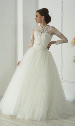 Открытое свадебное платье пышного кроя, которое можно дополнить кружевным болеро.
