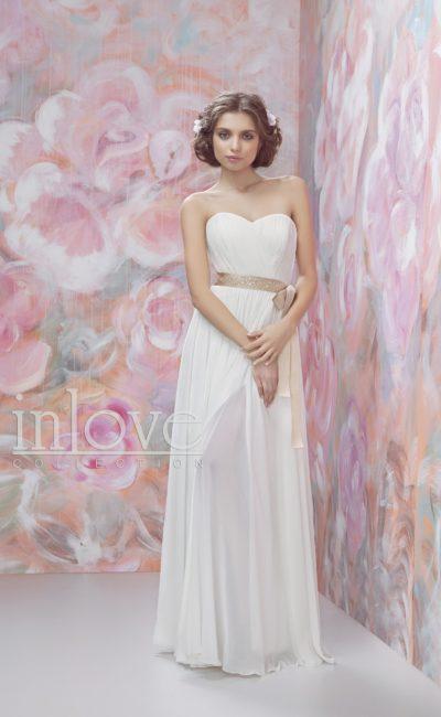 Свадебное платье с полупрозрачной шифоновой юбкой и золотистым поясом.