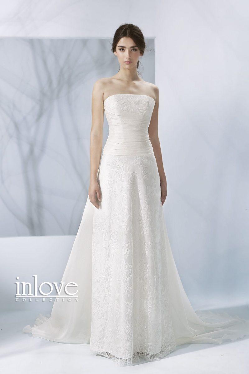 Торжественное свадебное платье «принцесса» с лифом прямого кроя и кружевным декором юбки.