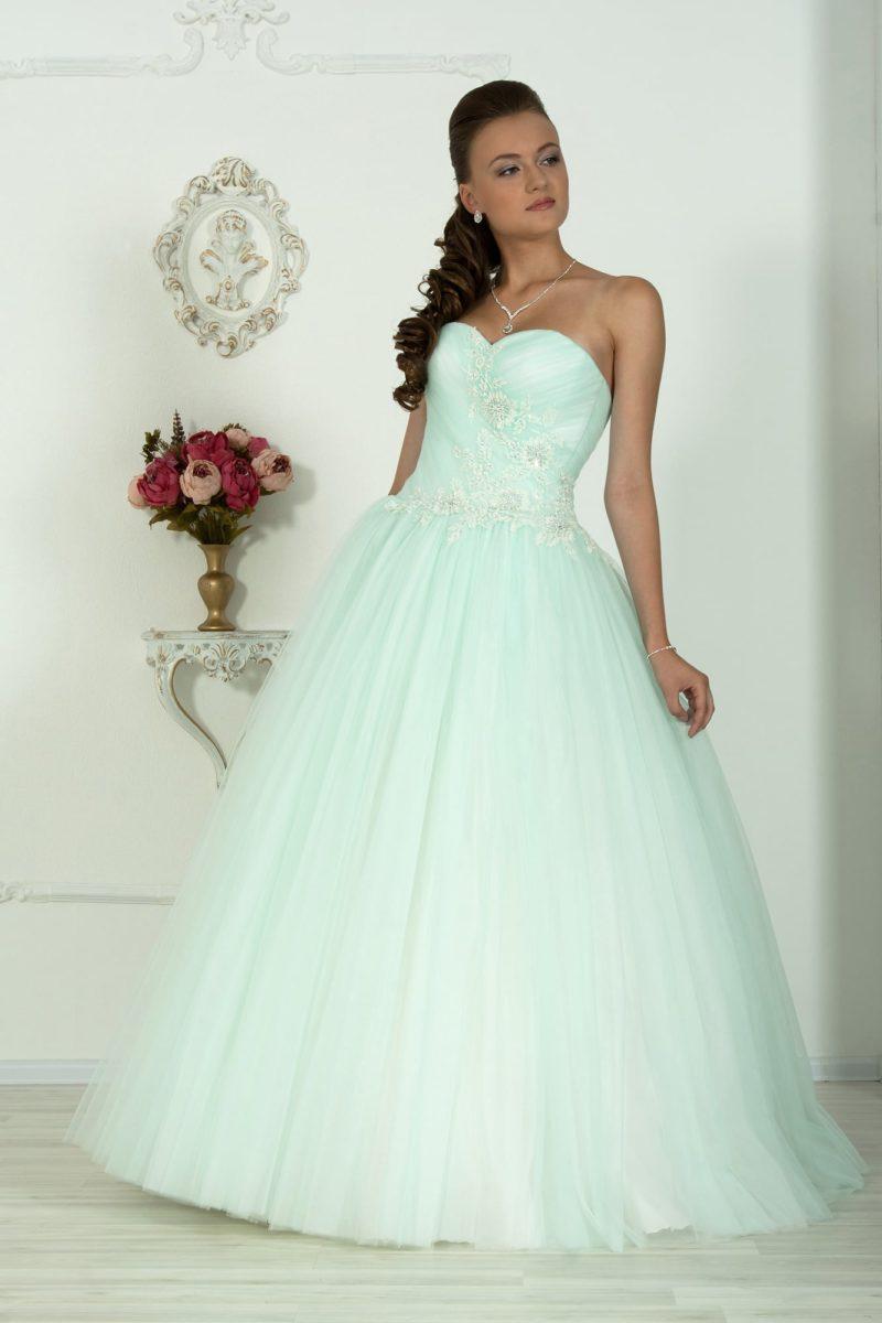 Светло-голубое свадебное платье пышного кроя с открытым корсетом и аппликациями по нему.