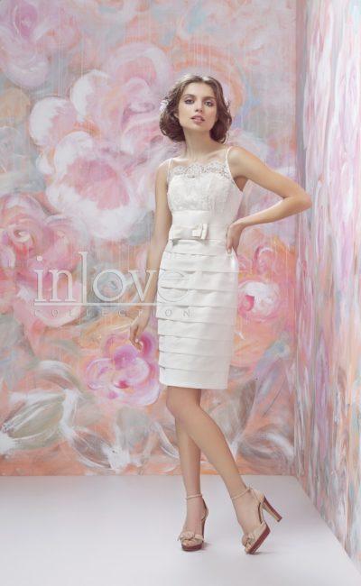 Короткое свадебное платье с горизонтальными оборками на юбке и кружевным верхом.