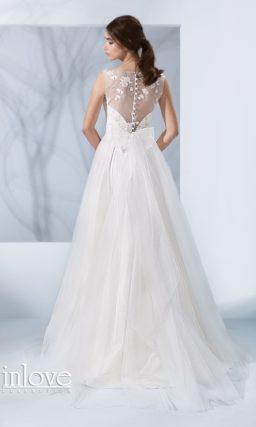 Романтичное свадебное платье пышного кроя с серебристой вышивкой по закрытому лифу.