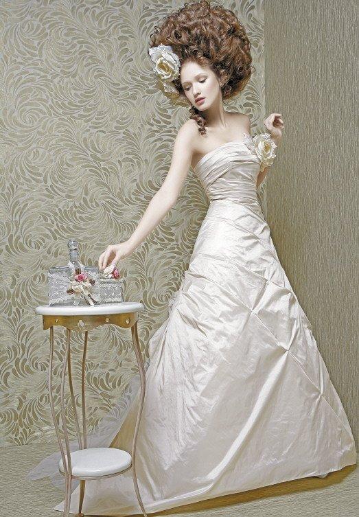 Свадебное платье «принцесса» из фактурной тафты с прямой линией лифа.