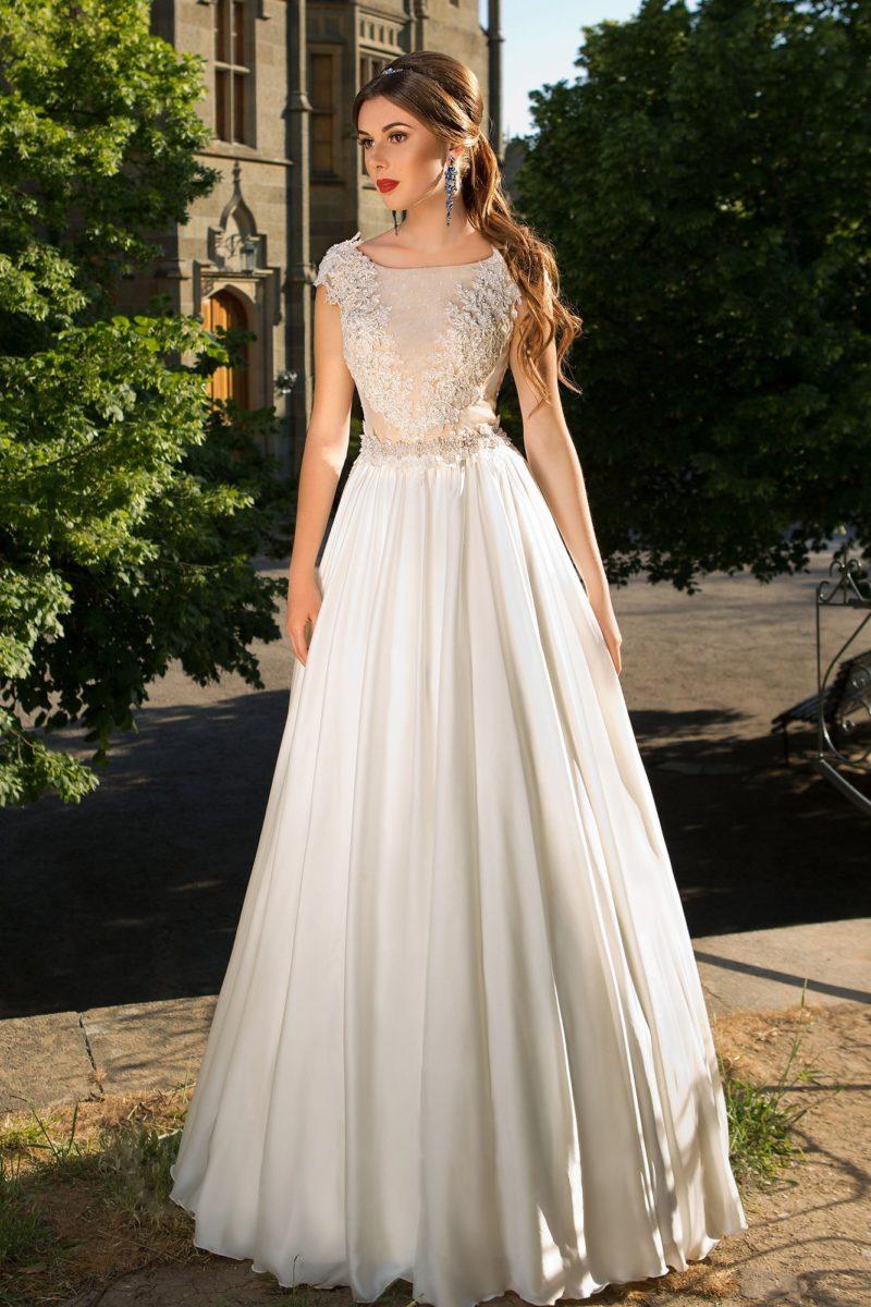 Романтичное свадебное платье с полупрозрачным корсетом с кружевным декором и юбкой «трапеция».
