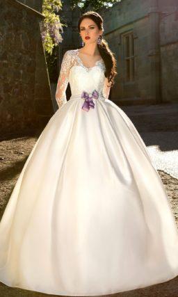 Атласное платье с длинными рукавами