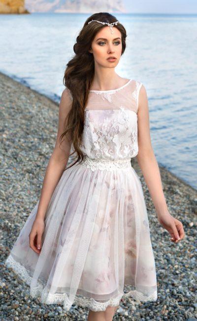 Короткое свадебное платье с цветной подкладкой и изящным закрытым верхом с округлым вырезом.