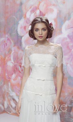 Прямое свадебное платье с полупрозрачной накидкой и атласной отделкой корсета.