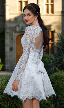 Короткое свадебное платье с пышной юбкой до середины бедра и широким вырезом на спинке.