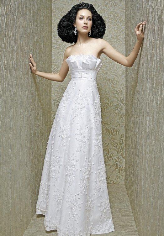 Атласное свадебное платье А-кроя с завышенной талией, выделенной узким поясом.