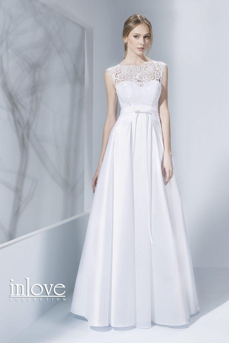 Женственное свадебное платье с закрытым кружевным лифом и вырезом сзади.
