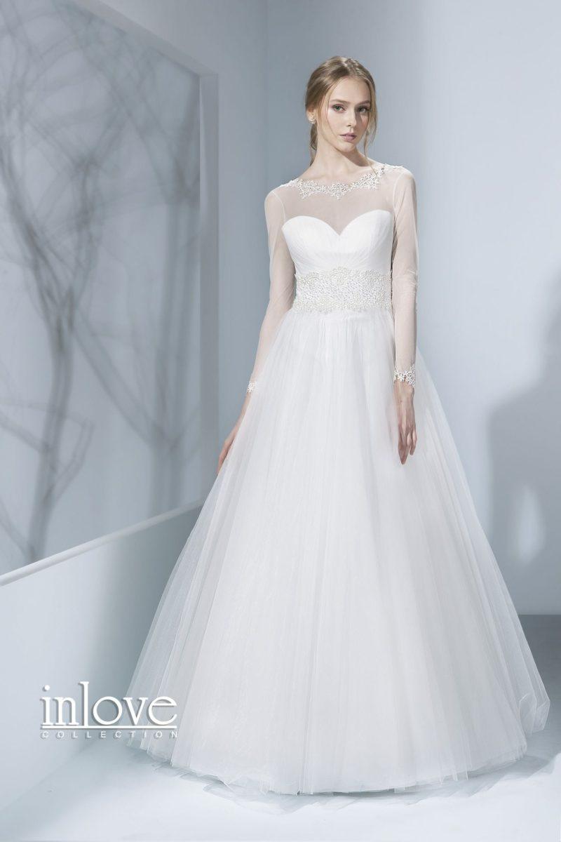 Закрытое свадебное платье «принцесса» с длинными рукавами из полупрозрачной ткани.