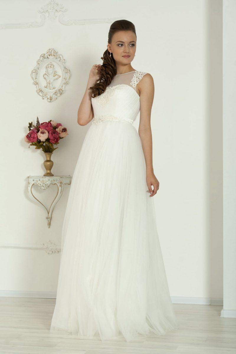 Закрытое свадебное платье прямого кроя с завышенной талией, выделенной кружевным поясом.