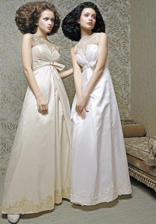 Свадебное платье белого цвета или оттенка слоновой кости, с кружевным лифом.