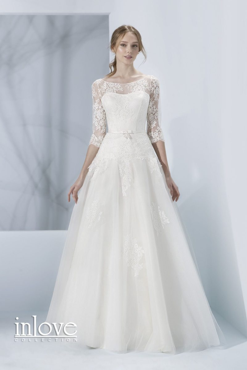 Свадебное платье с полупрозрачной спинкой и кружевными рукавами три четверти.