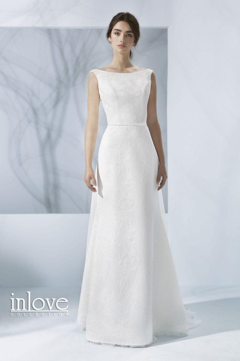 Лаконичное свадебное платье с декольте «лодочкой» и V-образным вырезом на спинке.