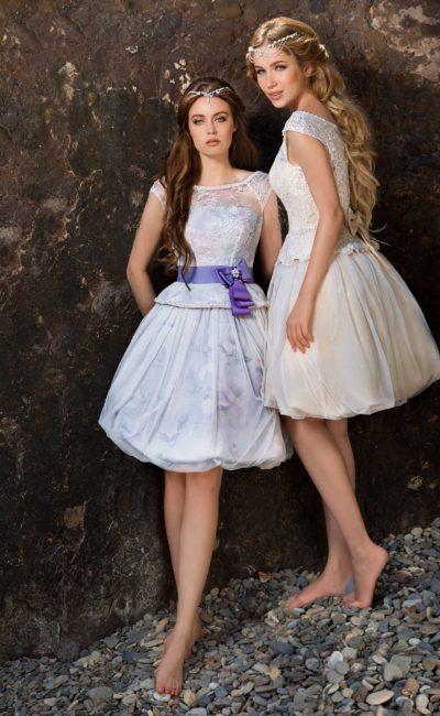 Короткое свадебное платье из ткани с цветным рисунком, с закрытым верхом и пышным низом.