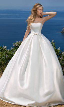 Пышное свадебное платье из глянцевого атласа