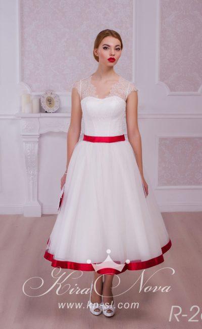 Свадебное платье чайной длины, украшенное алым атласом по нижнему краю подола и по талии.