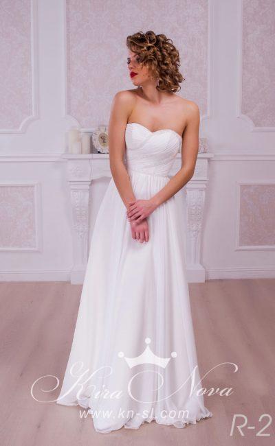 Открытое свадебное платье с лифом в форме сердца, украшенным драпировками и бисером.