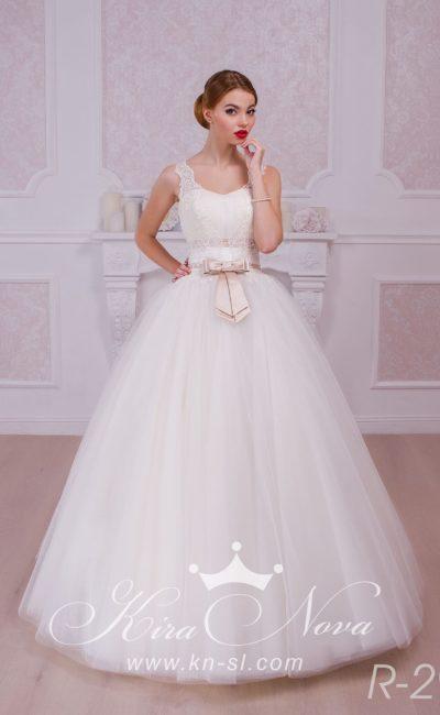 Стильное свадебное платье пышного кроя с атласным поясом на талии, украшенным бантом.