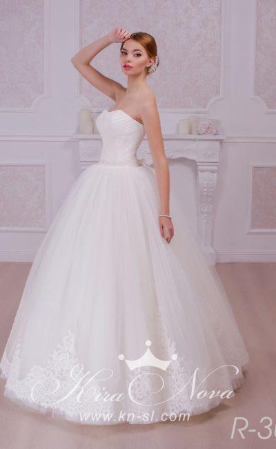 Открытое свадебное платье с деликатными драпировками на корсете и многослойной юбкой с кружевом.