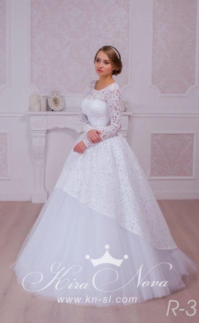 Женственное свадебное платье пышного кроя с округлым вырезом и рукавами из плотного кружева.