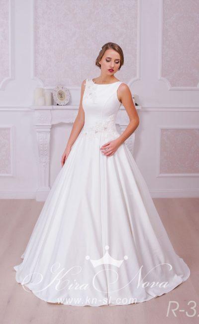 Закрытое свадебное платье с объемной юбкой и изящным округлым вырезом с узкими бретелями.