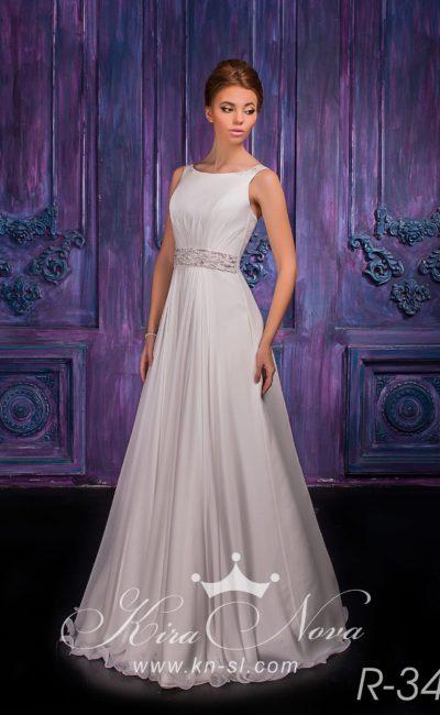 Лаконичное свадебное платье прямого кроя с сияющим поясом и вырезом бато.