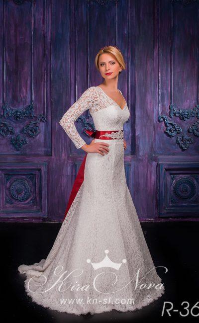 Кружевное свадебное платье с красным атласным поясом и юбкой силуэта «русалка».