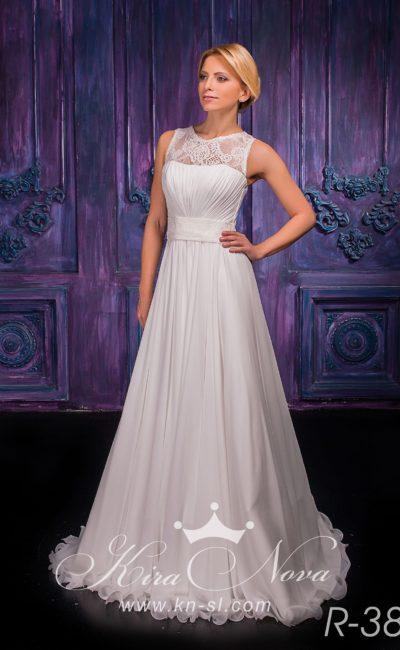 Сдержанное свадебное платье с корсетом, покрытым драпировками, и кружевной вставкой над лифом.