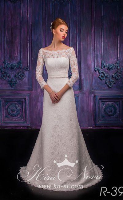 Кружевное свадебное платье «рыбка» с широким атласным поясом и небольшим вырезом на спинке.