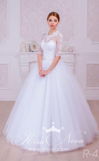 Роскошное свадебное платье пышного кроя с кружевными рукавами и округлым вырезом.