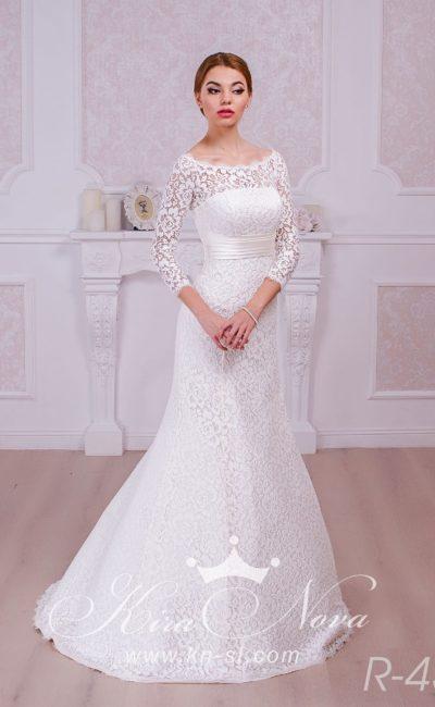 Соблазнительное свадебное платье с небольшим вырезом на спинке и широким поясом на талии.