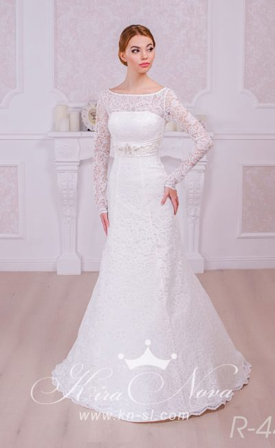 Свадебное платье «рыбка» с широким поясом из атласной ткани и рукавами из плотного кружева.