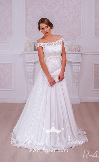 Элегантное свадебное платье с портретным декольте и бретелями, спущенными на предплечья.