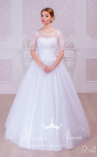 Романтичное свадебное платье «принцесса» с элегантным верхом и кружевными рукавами.